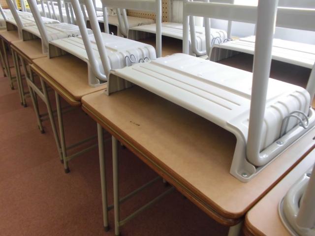 学校の机、掃除