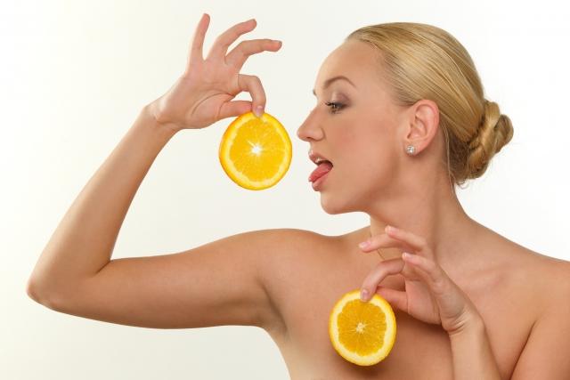 オレンジを食べるモデル